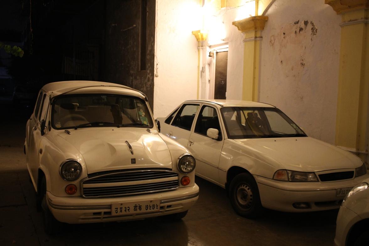 La sublime Hindustan Ambassador, garée devant l'entrée.