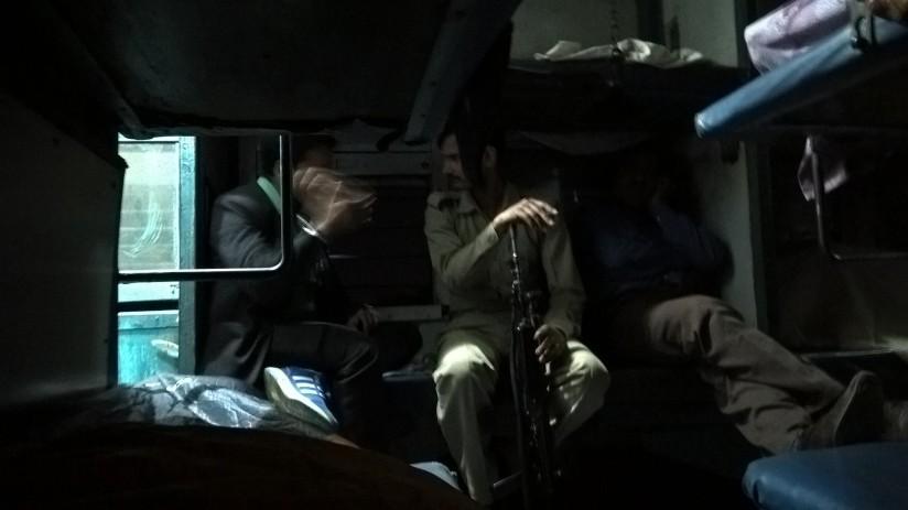 Un militaire discute avec un passager dans le wagon-lits.