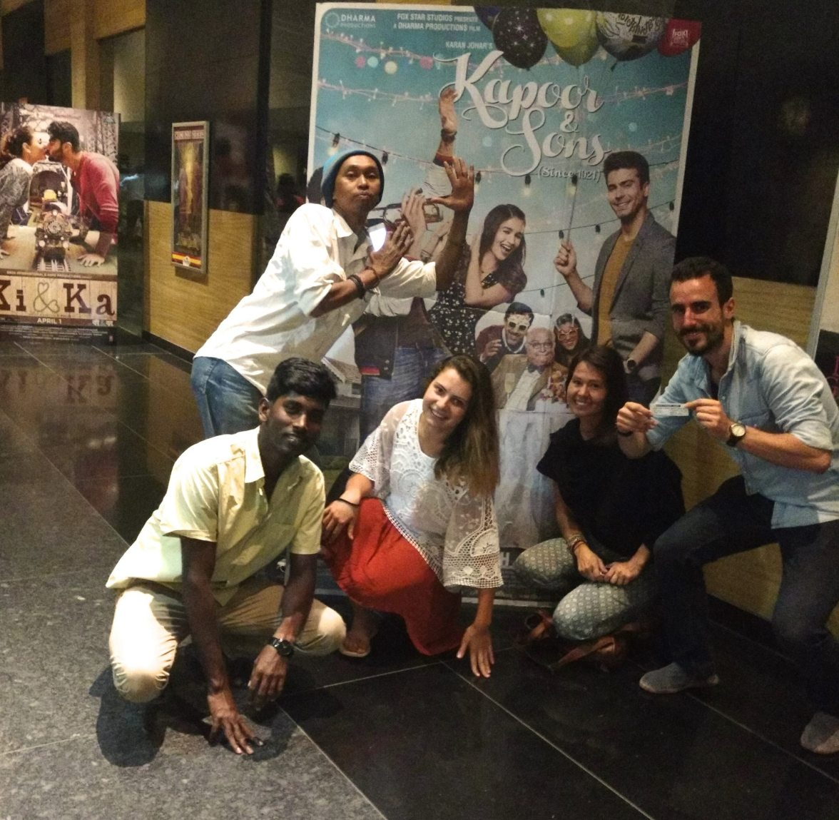 Photo de famille devant l'affiche officielle