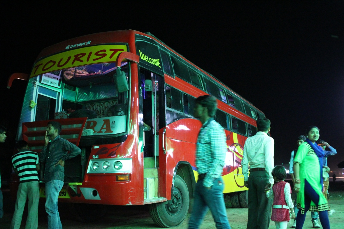 Notre bus fait halte sur la route de Jaipur