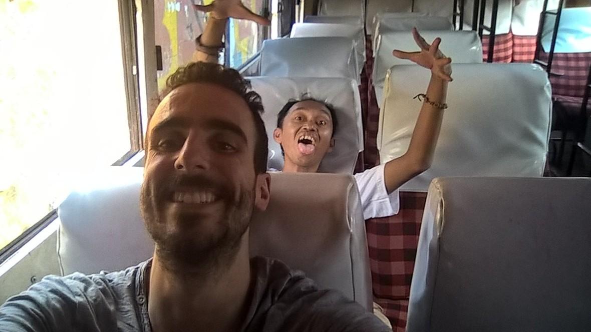 Voyage en bus avec Eko mon acolyte.