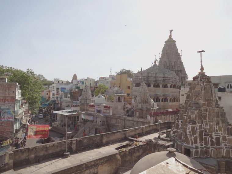 Jagdish Temple en face et son immense dôme shikhara