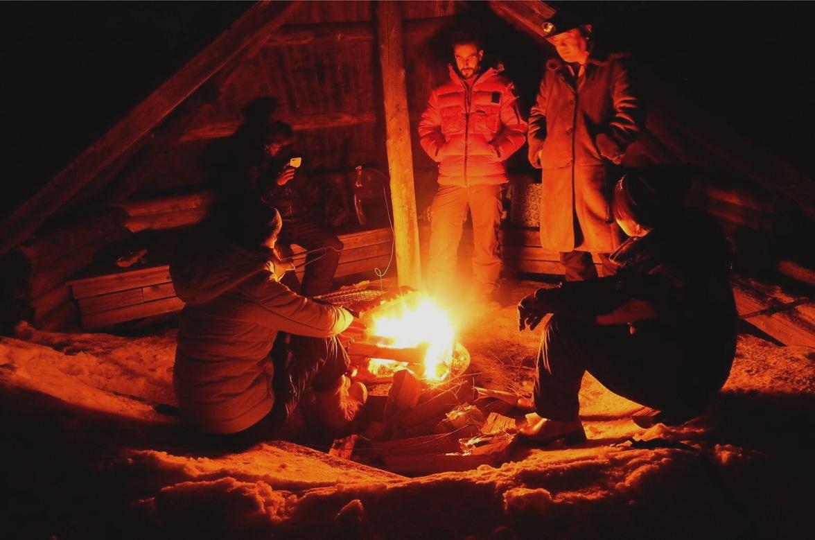 Lei, Lucky, Naomi, Kay et moi autour du feu.