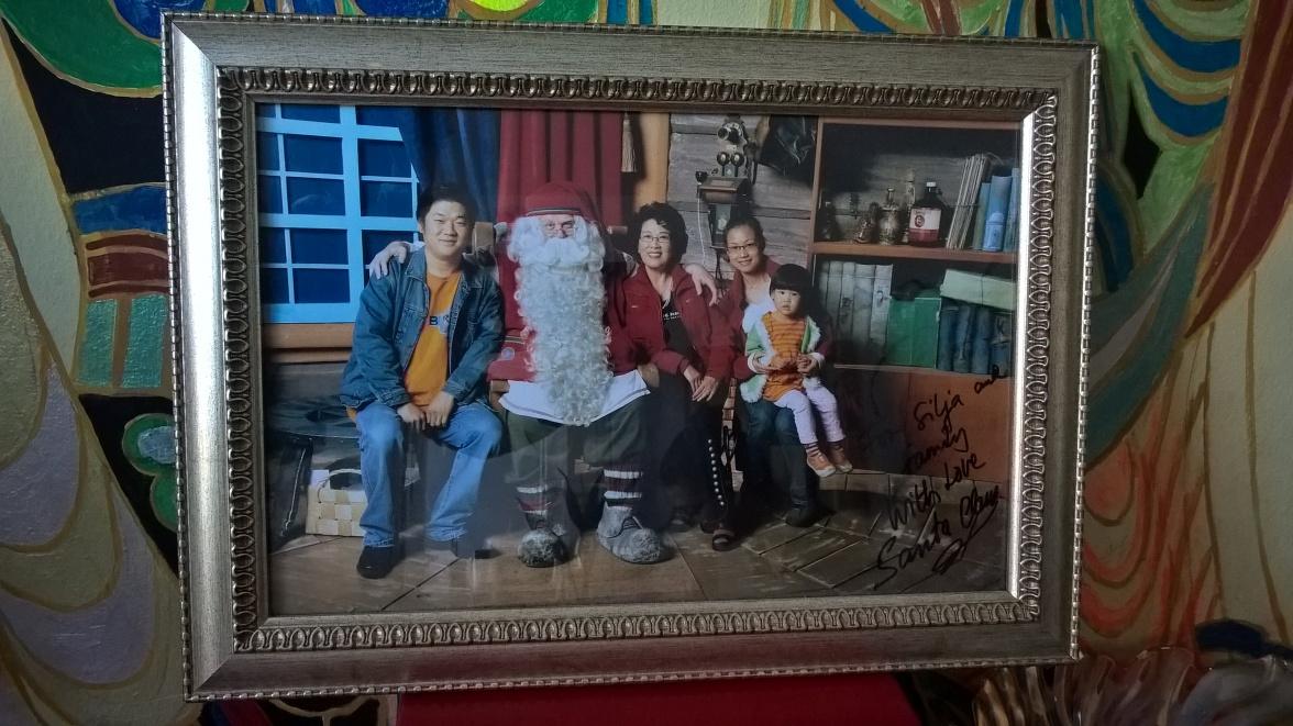 Lei, sa famille et son ami Santa Claus